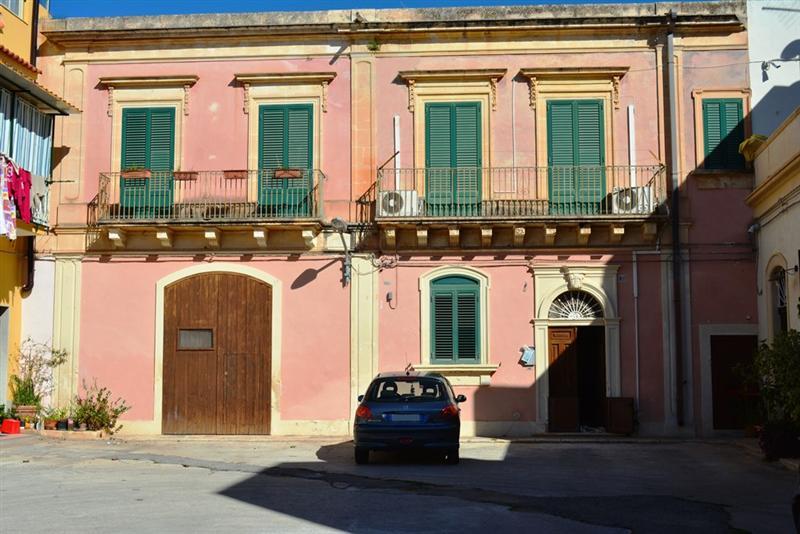 Casa indipendente con box triplo cortile galluzzo Avola